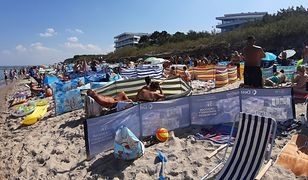 Wakacje 2020. Tak wygląda plaża w Mielnie. Parawany i parasole przysłaniają plażę