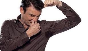 Faceci nie używają dezodorantów i śmierdzą