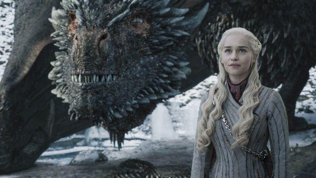 Emilia Clarke i jej serialowy partner patrzą z rozrzewnieniem na ostatnie 8 lat produkcji, gdyż to, co dzieje się teraz, nie nadaje się do oglądania.