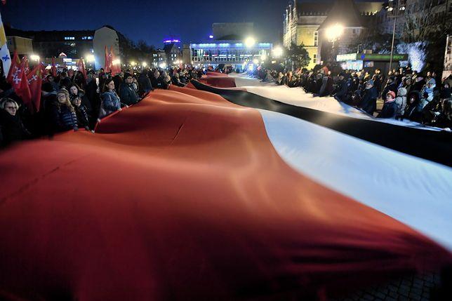 Tysiące gdańszczan zgromadziło się na Targu Węglowym, by oddać hołd Pawłowi Adamowiczowi