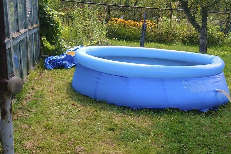 Lublin. Złodzieje pod osłoną nocy ukradli basen. Przerzucili go przez ogrodzenie
