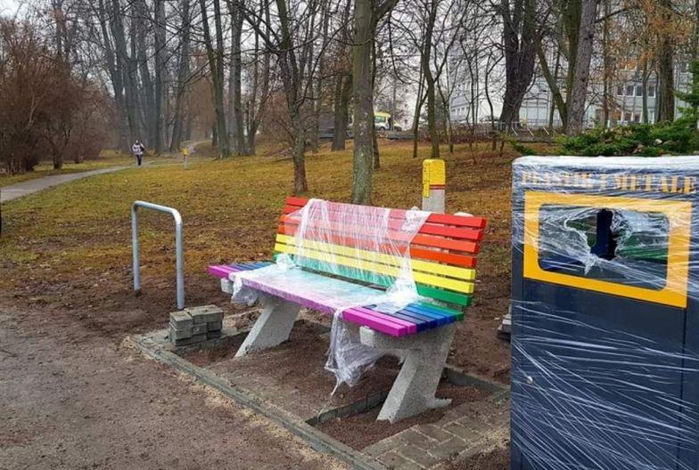 """W Kielcach zawrzało. W nocy przemalowano """"ławki LGBT"""""""