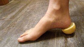 Sposób na pozbycie się zgrubiałego naskórka ze stóp (WIDEO)
