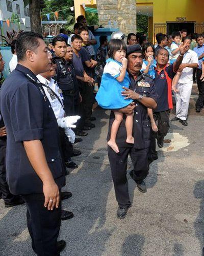 Uzbrojony w maczetę przetrzymywał 30 dzieci - zdjęcia