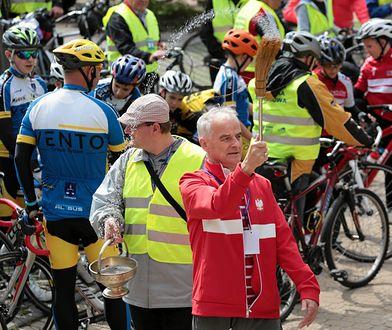 Biskup Florczyk tuż przed wyjazdem rowerzystów na trasę