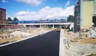 Budowa asfaltowej drogi.