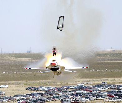 Pilot opuszcza F-16 dzięki fotelowi wyrzucanemu. Pilot przeżył katastrofę