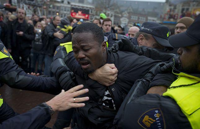 """Protesty przeciwko holenderskiej tradycji świątecznej """"Czarnych Piotrusiów"""""""