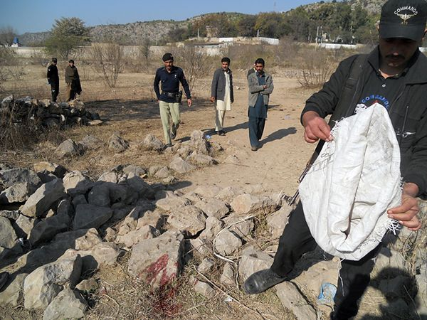 Pakistańska policja na miejscu zamachu