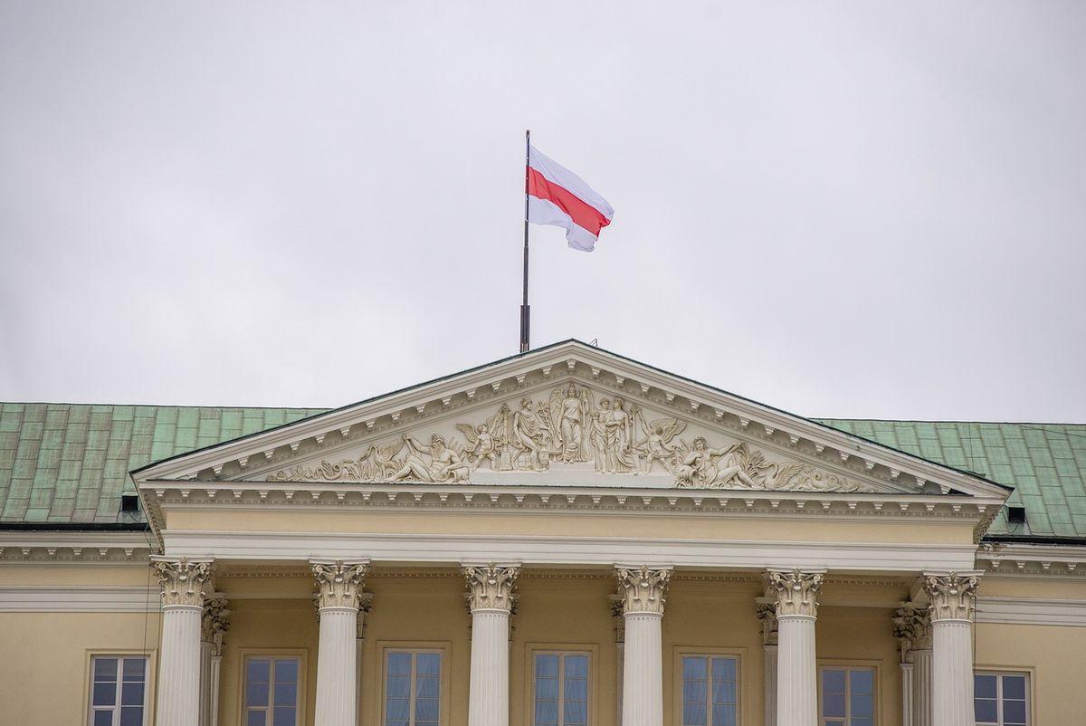 Warszawa. Opozycyjna flaga białoruska została wciągnięta na maszt ratusza przy placu Bankowym
