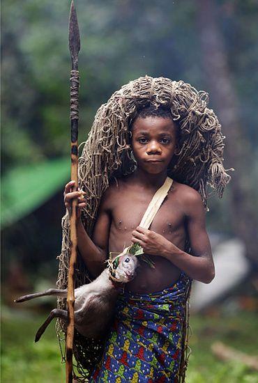 Dzień z życia Pigmeja - zdjęcia z głębokiej dżungli