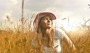 Włosy przesuszone słońcem. Jak sobie z nimi poradzić? Niezawodny sposób na odbudowę