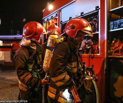 Na miejscu pracuje dziewięć zastępów strażaków.