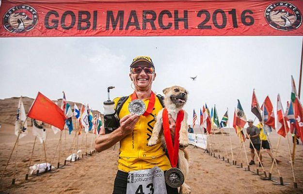 Bezdomny pies przyłącza się do maratończyka podczas biegu. Kończą wspólnie maraton