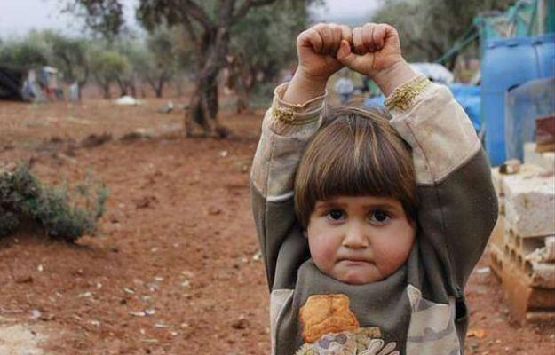 Zdjęcie czteroletniej Adi Hudea, która wzięła obiektyw za broń