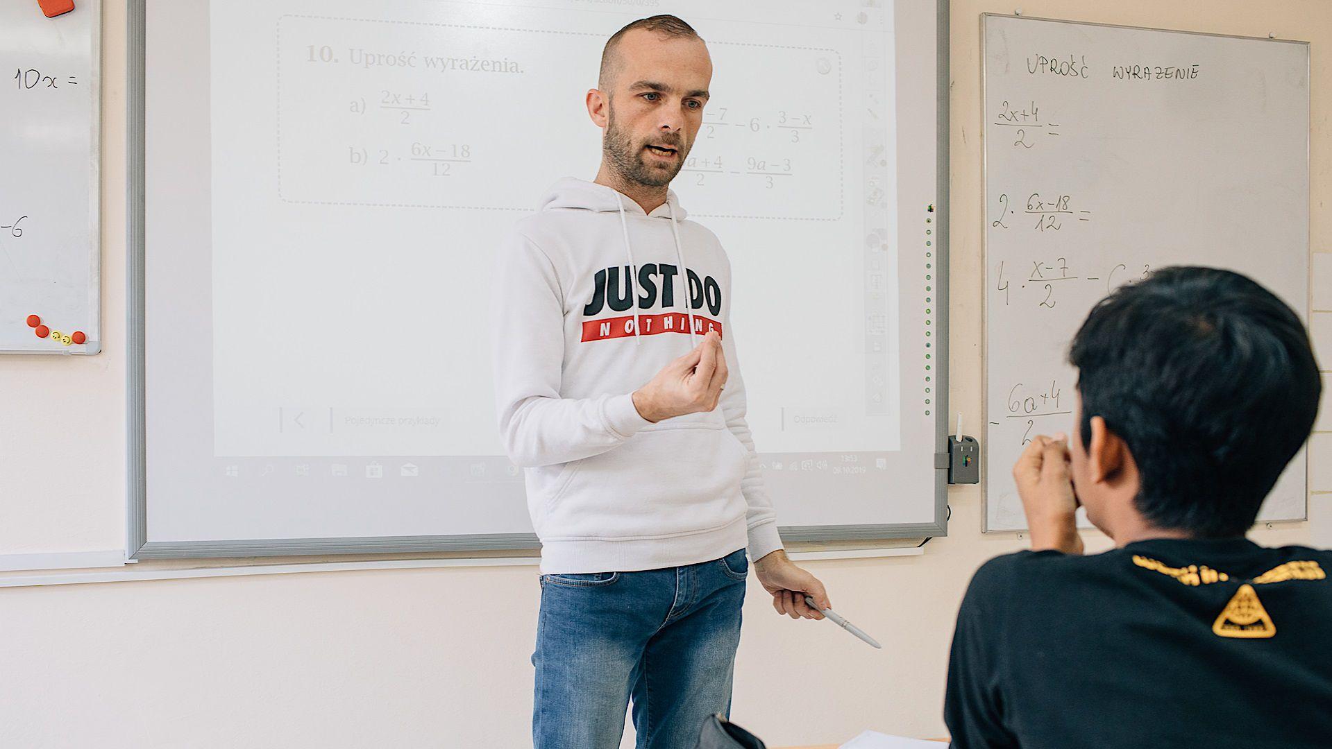 Nauczyciel matematyki podczas lekcji w klasie przygotowawczej dla cudzoziemców w XV LO we Wrocławiu.