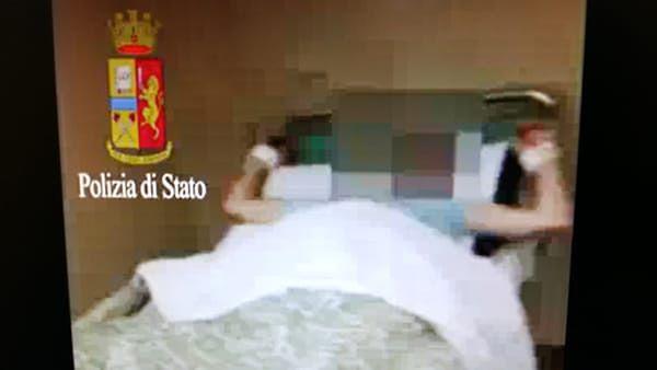 Pensjonariusz San Camillo przywiązany do łóżka.