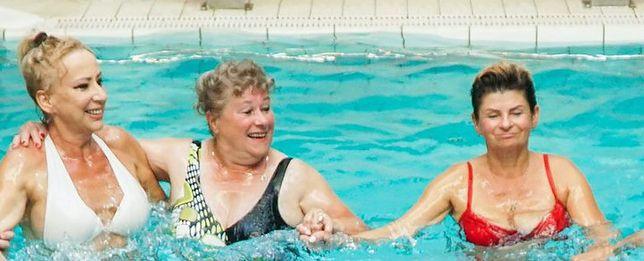 """Seniorzy z """"Sanatorium miłości"""" wzięli udział w aqua aerobiku"""