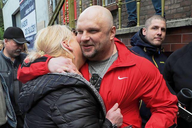 Arkadiusz Kraska (w czerwonej bluzie) opuszcza areszt śledczy w Szczecinie. Na wolności wita go żona Maria. 6 maja 2019 roku.