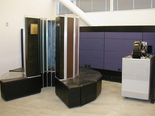 Cray 1 (to ta kabina z siedziskami) był superkomputerem końca lat 70-tych. Jego moc obliczeniowa 133 MFLOPS wówczas równie imponująca jak jego cena - 8 mln USD.