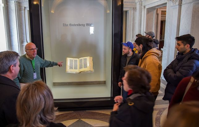 Biblię Gutenberga wydrukowano na papierze o wymiarach 42 × 60 cm nazywanym Royal