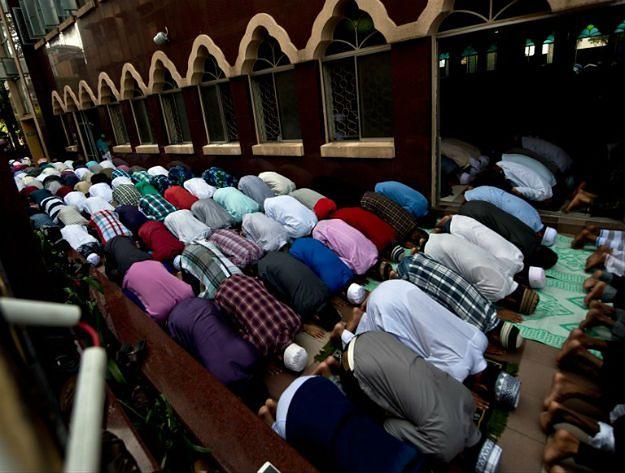 Muzułmanie modlą się w Kuala Lumpur