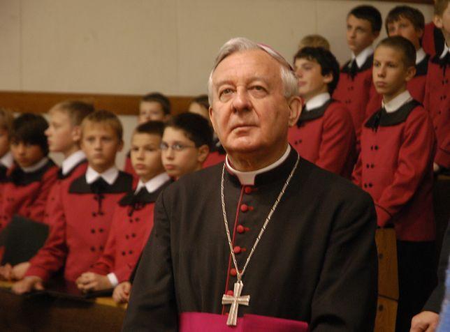 W 2002 roku media ujawniły, że duchowny molestował seksualnie młodych kleryków i księży