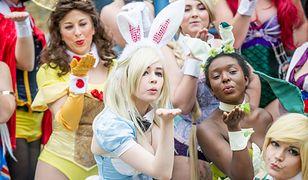"""Księżniczki Disneya mają fanki w każdym wieku. Na zdjęciu panie przebrane ze księżniczki w wydaniu króliczków """"Playboya"""""""