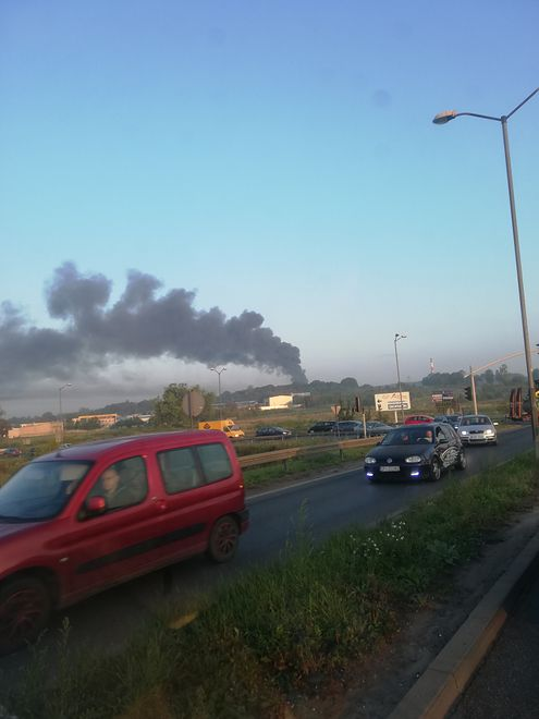 Pożar hali niedaleko składu paliw. Ogromny dym nad Tarnowskimi Górami. Są zdjęcia z akcji