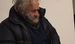 Nikt nie wie, od ilu dokładnie lat mężczyzna żyje na ulicy
