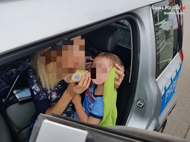 Bielsko-Biała: trzylatek zamknięty w aucie. Rodzice poszli na zakupy