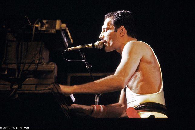 Freddie Mercury podczas koncertu zespołu Queen w 1984 r.