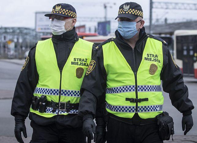Koronawirus w Warszawie. Strażnicy miejscy zachowali odpowiednie środki ostrożności.