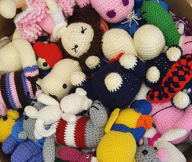 Warszawa. Skazane kobiety na zajęciach wykonują zabawki dla dzieci