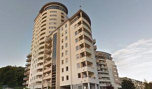 Mieszkańcy 16-piętrowego wieżowca przy ul. Juliusza Słowackiego w Gdańsku muszą radzić sobie bez windy
