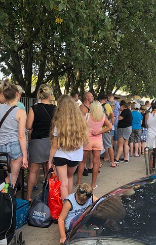 Tłum chętnych oczekuje do wejścia na pływalnię