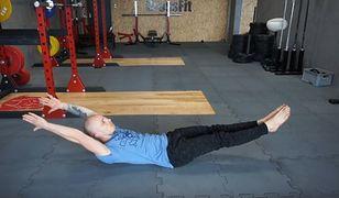 """Hollow body, czyli """"łódeczka"""" - podstawowe ćwiczenie gimnastyczne"""