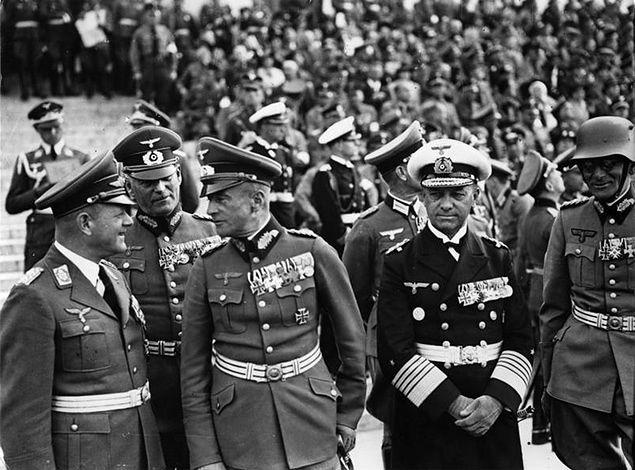 Feldmarszałek Erhard Milch (z lewej) w towarzystwie feldmarszałków Wilhelma Keitela, Walthera von Brauchitscha,Maximiliana von Weichsa i wielkiego admirała Ericha Raedera. Wrzesień 1938 r.