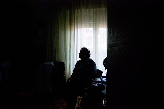 Kobieta wyrzuciła przypadkowo pieniądze przez okno. Fot. ilustracyjna