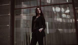 Elegancka kobieta wyróżnia się ponadczasowymi ubraniami i dodatkami wysokiej jakości
