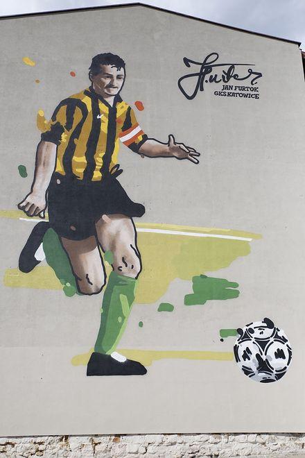 Katowice. Wizerunek Jana Furtoka, legendy GKS Katowice, ozdobił jedną z kamienic w śródmieściu.