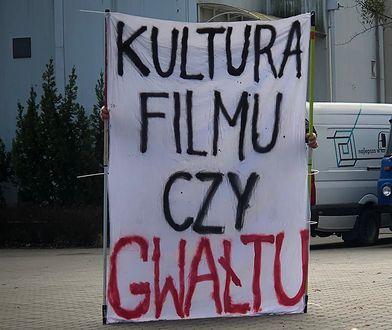 Jeden z transparentów protestujących w łódzkiej filmówce.