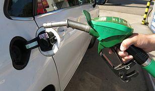 Ceny paliw w dół, ale jest drożej niż przed rokiem