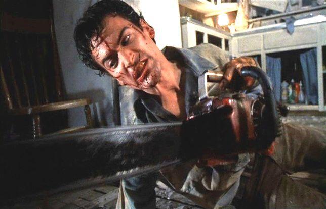 """Bruce Campbell jako Ash w filmie """"Martw zło II"""" (1987)"""