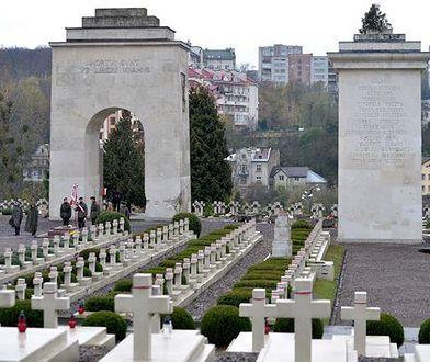 Na cmentarzu znajdują się przede wszystkim mogiły uczestników bitwy o Lwów i Małopolskę Wschodnią z lat 1918-1920