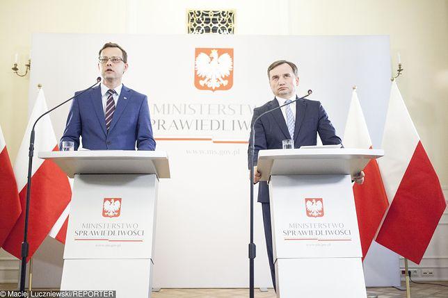 Marcin Romanowski i Zbigniew Ziobro na konferencji prasowej.