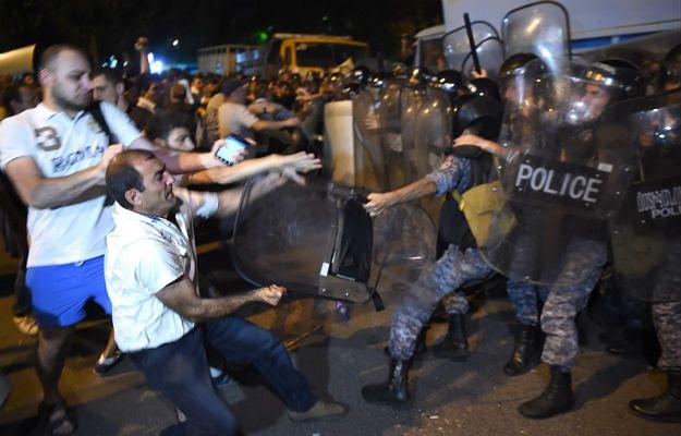 Armenia: aresztowania demonstrantów po gwałtownych starciach z policją