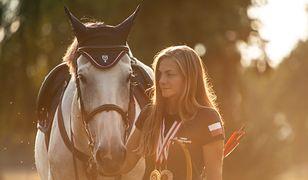 Anna Sokólska jest białostoczanką i sportsmenką. Najpierw trenowała dżudo, lekką atletykę, a dopiero potem odkryła jazdę konną