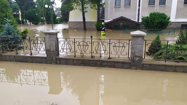 Łapanów, Małopolska. Przerwany wał przeciwpowodziowy, ewakuacja mieszkańców