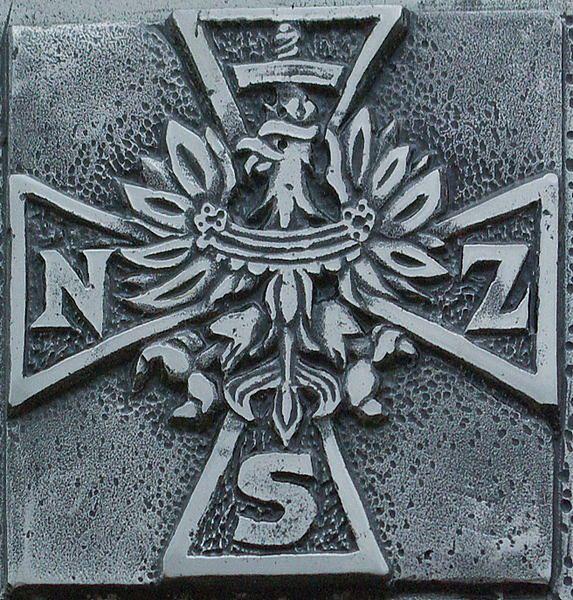 Symbolem Narodowych Sił Zbrojnych jest krzyż z orłem w środkowej części